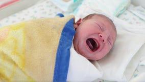Het pasgeboren baby schreeuwen stock footage