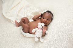 Het pasgeboren Babymeisje met Gevuld draagt Royalty-vrije Stock Foto's