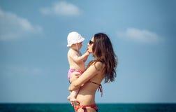 Het pasgeboren babymeisje spelen met mamma Stock Fotografie