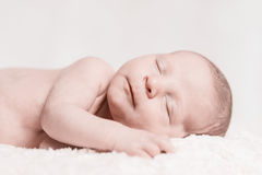 Het pasgeboren de Close-upgezicht van de Baby Mannelijke Slaap Glimlachen Stock Foto's