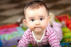 Het pasgeboren liggen op maag royalty-vrije stock afbeeldingen