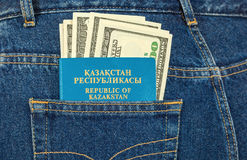 Het paspoort en de dollarrekeningen van Kazachstan Stock Afbeeldingen
