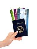 Het paspoort en de luchtkaartjes van de handholding over wit worden geïsoleerd dat Royalty-vrije Stock Foto's