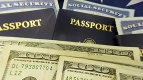 Het paspoort en de munt van Verenigde Staten met sociale zekerheidkaart - het toerismeconcept van Reisdocumenten stock footage