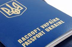 Het paspoort van de Oekraïne op wit stock foto's