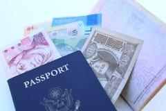 Het paspoort van de V.S. en internationale munten stock fotografie