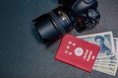 Het paspoort van Japan het geld van het 1000 Yenbankbiljet is tussenvoegsel in het paspoort royalty-vrije stock foto