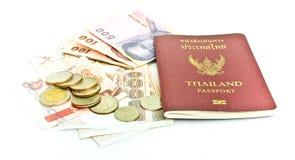 Het paspoort van Thailand en Thais geld stock afbeeldingen