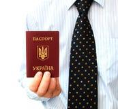 Het paspoort voor reis in het buitenland in een man hand stock fotografie