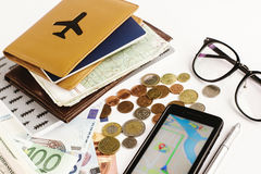 Het paspoortglazen en kaart van de geldtelefoon op witte achtergrond, calcul Royalty-vrije Stock Fotografie