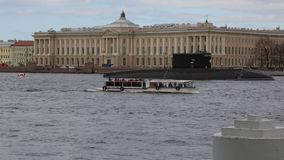 Het passagiersschip beweegt zich langs Neva River op de achtergrond van de onderzeeër stock footage