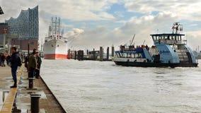 Het passagiersschip komt aan de haven van Hamburg aan Stock Afbeelding