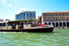 Het passagiersschip met toeristen Stock Afbeeldingen