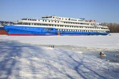 Het passagiersstoomschip op de winterparkeren Royalty-vrije Stock Foto's