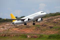 Het passagiersvliegtuig beklimt in de hemel Stock Foto's