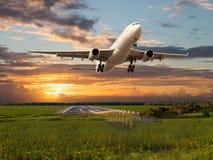 Het passagiersvliegtuig gaat van de luchthavenbaan van start Royalty-vrije Stock Fotografie