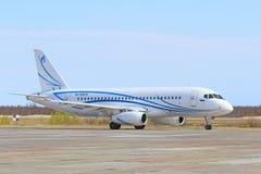 Het passagiersvliegtuig vóór start op Yamal Stock Foto
