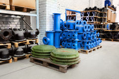 Het passen voor Plastic die pijpen in een van de het gebruiksloodgieterswerk of riolering van de pakhuiswerf installaties op bouw stock afbeeldingen