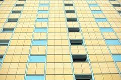 Het patroon van blauwe vensters bij het gebouw Royalty-vrije Stock Fotografie
