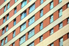 Het patroon van blauwe vensters bij het gebouw Stock Fotografie