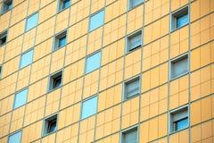 Het patroon van blauwe vensters bij het gebouw Royalty-vrije Stock Foto