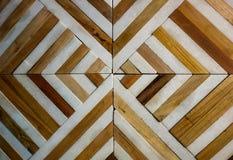 het patroon van de bevloeringstegel door het natuurlijke hout en diverse stenen met textuur stock afbeelding