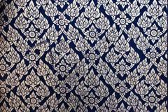 Het patroon van de bloem in het traditionele Thaise stijlkunst schilderen op venster Stock Fotografie
