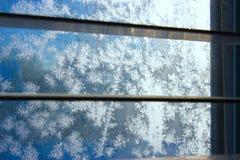 Het patroon van de vorst op de wintervenster stock afbeelding