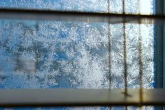 Het patroon van de vorst op de wintervenster stock foto