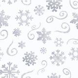 Het patroon van de winterkerstmis met witte en zilveren silhouetten van sneeuwvlokken, bessen, bladeren, takken, sneeuwman, bomen stock illustratie