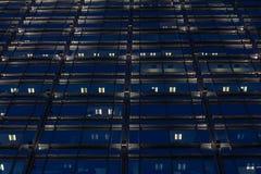 Het patroon van glasvensters bij nacht Royalty-vrije Stock Foto