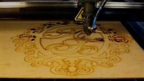 Het patroon van het de besnoeiingentriplex van de lasermachine stock videobeelden