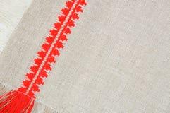 Het patroon van het linnen met rood borduurwerk, close-up Stock Afbeeldingen