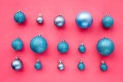 Het patroon van het Kerstmisspeelgoed Blauwe ballen op roze hoogste mening als achtergrond Royalty-vrije Stock Fotografie