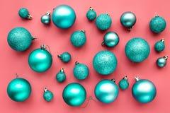 Het patroon van het Kerstmisspeelgoed Blauwe ballen op roze hoogste mening als achtergrond Stock Afbeeldingen