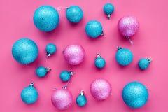 Het patroon van het Kerstmisspeelgoed Blauwe en roze ballen op roze hoogste mening als achtergrond Stock Foto's