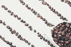 Het patroon van koffiebonen met een koffiekop op bovenkant Stock Afbeelding