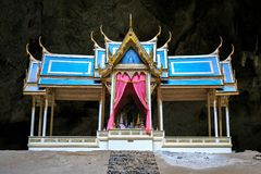 Het paviljoen bij het Hol van Thum Phraya Nakhon bepaalt van in Khao Sam Roi Yot National Park Prachuapkhirikhan, Thailand de pla Royalty-vrije Stock Foto's