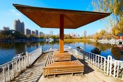 Het paviljoen op de oever van het meer Stock Afbeelding