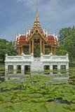 Het paviljoen van de Thais-stijl, water. Stock Afbeeldingen