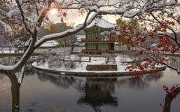 Het Paviljoen van Hyangwonjeong van het Gyeongbokgungpaleis in de winter stock afbeeldingen