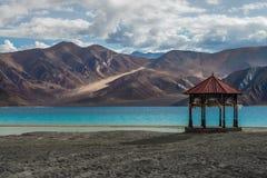 Het Paviljoen van Kashmir met bidt vlagtribune alleen bij Pangong-meer met schoonheidsmening Stock Fotografie