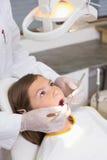 Het pediatrische tandarts onderzoeken patiëntentanden als tandartsenvoorzitter Royalty-vrije Stock Afbeelding