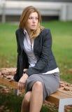 Het peinzende kijken vrouw in het park Royalty-vrije Stock Foto's