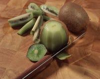 Het pellen van de kiwien Stock Fotografie