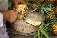 Het pellen van een ananas Royalty-vrije Stock Afbeeldingen
