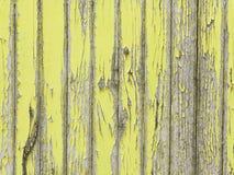 Het pellen van gele verf op oude houten muur royalty-vrije stock afbeelding