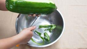 Het pellen van groene papaja als ingrediënt in het Thaise groene recept van de papajasalade stock video