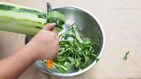 Het pellen van groene papaja als ingrediënt in het Thaise groene recept van de papajasalade stock videobeelden