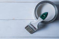 Het penseel op de verf kan Stock Fotografie